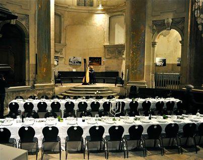 Photo des tables installées dans le temple